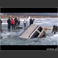 Profesjonalne wyciąganie samochodu spod lodu